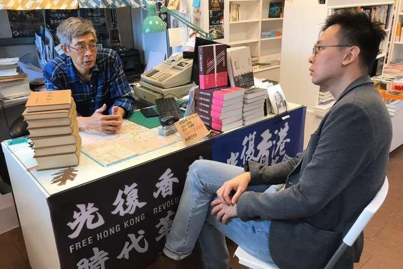 民進黨副秘書長林飛帆(右)今(26)日拜訪銅鑼灣書店老闆林榮基(左),並向對方解釋總統蔡英文所說的「停用港澳條例」之含意。(林飛帆提供)