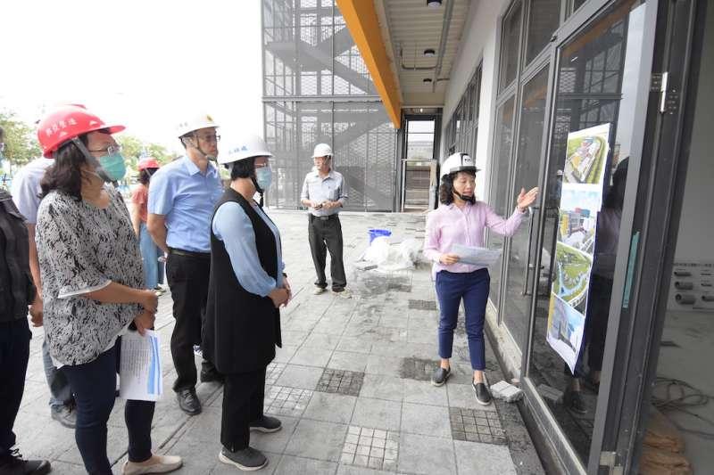 彰化縣長王惠美視察即將完工的彰南國民運動中心新建工程。(圖/彰化縣政府提供)