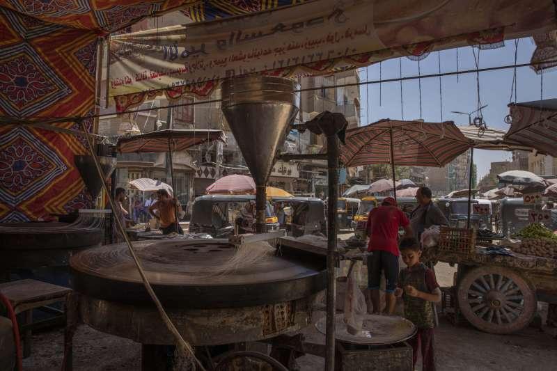 根據埃及的防疫措施,餐廳和咖啡廳等設施以外的店家仍可營業。(美聯社)