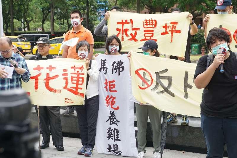 20200527-花蓮縣居民組自救會27日召開記者會抗議卜蜂設養雞場,光復鄉馬佛社區居民高舉布條抗議。(盧逸峰攝)