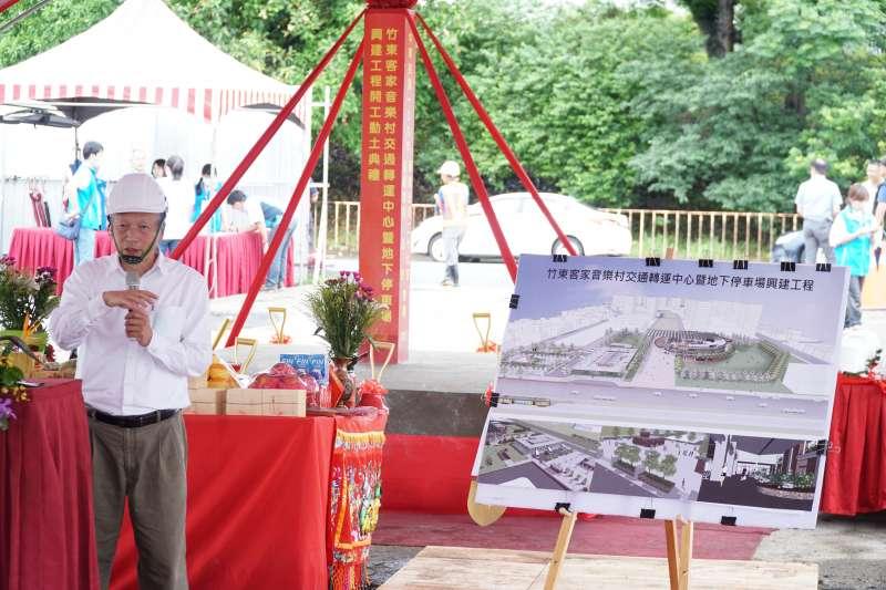 承辦單位說明竹東交轉中心規劃設計構想。(圖/新竹縣政府提供)