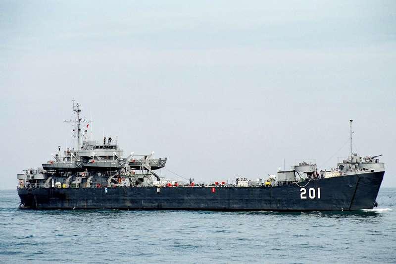 20200527-海軍兩棲登陸艦「中海艦」數十年來肩負外島運補、兩棲作戰演訓任務,對國軍甚至國家貢獻良多,日前傳出被以1400萬廢鐵標售後,果不其然引起軒然大波,各方呼籲保留聲浪不斷。(取自中華民國海軍臉書)