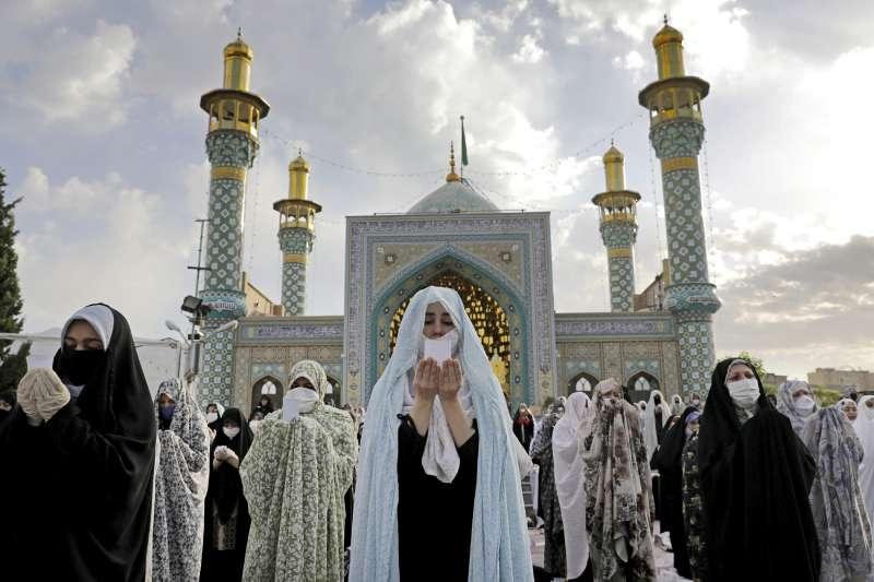 5月24日伊斯蘭教開齋節,伊朗信徒戴著口罩聚集在清真寺外祈禱。(AP)