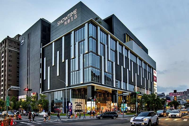 南屯區八期周遭生活機能便利,有知名大賣場、百貨公司及豐樂公園。(圖/富比士地產王提供)