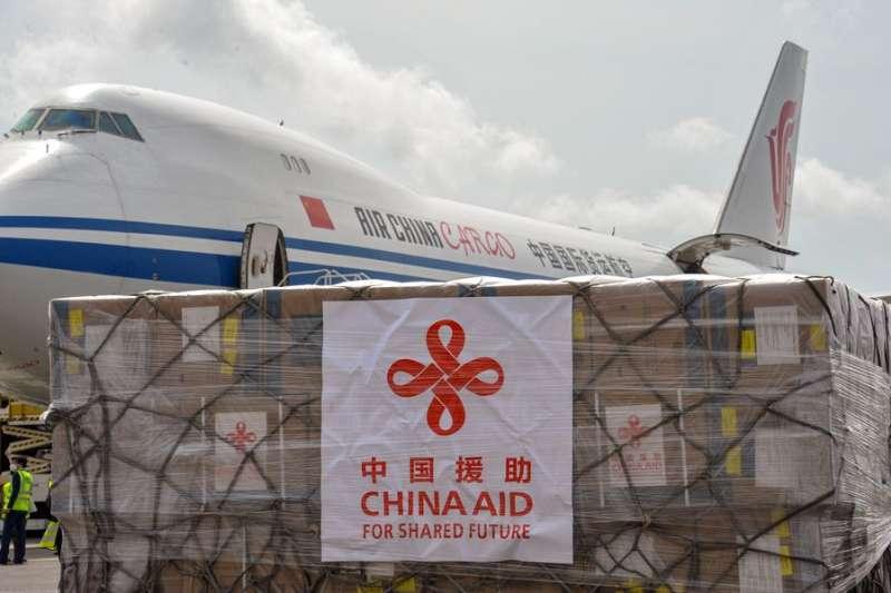 中國利用捐助醫療用品進行大外宣,結果被看破手腳。(翻攝自China Xinhua News Twitter)