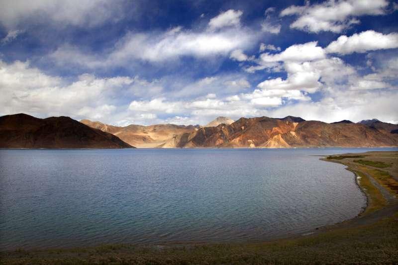 中印衝突、中印邊境衝突。5月5日,中國、印度士兵在拉達克高原班公錯湖(Pangong Lake)岸邊對峙,相互指責對方侵入已方領土,發生鬥毆事件。(AP)