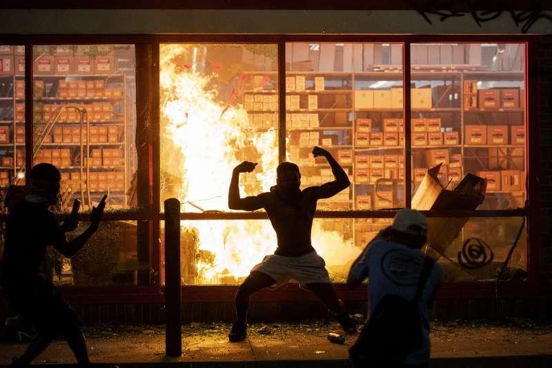佛洛伊德案:明尼阿波利斯民眾示威變調(AP)
