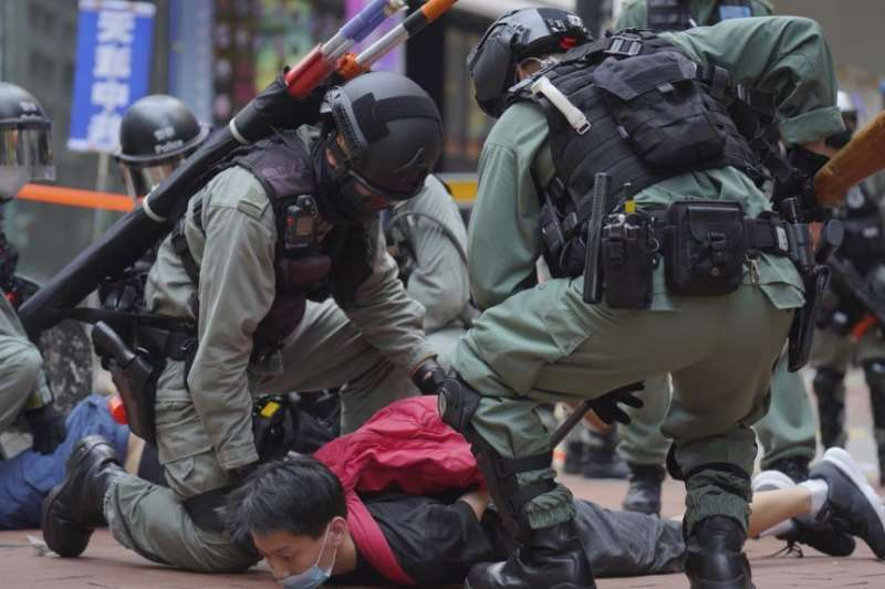 香港防暴警察在銅鑼灣街道上逮捕抗議港版國安法的示威者。(美聯社)