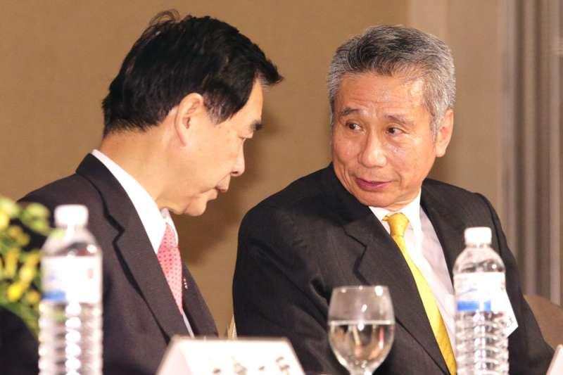 以三圓建設董事長王光祥(右)為首的市場派,不斷奮力擺脫「紅色」陰影。(新新聞資料照)