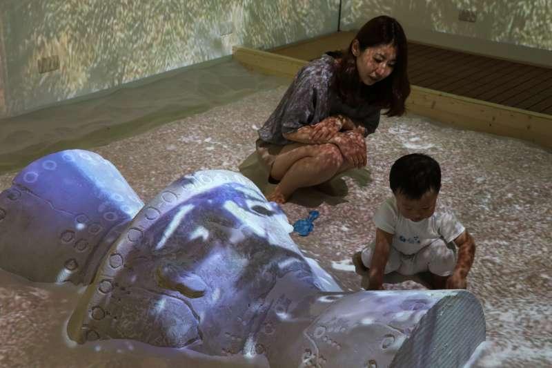 《魔幻考古沙坑》勇奪「第53屆美國休士頓國際影展」多媒體展示類金獎殊榮,6/2起邀請大小朋友免費暢玩。(圖/新北市十三行博物館提供)