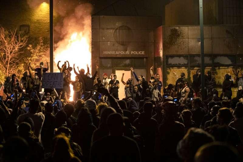 美國佛洛伊德案、暴力示威。5月28日,明尼蘇達州明尼亞波利斯抗議者火燒當地警察第三分局大樓。(AP)