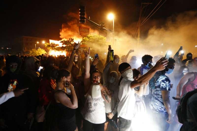 美國佛洛伊德案、暴力示威。5月28日,明尼蘇達州明尼阿波利斯市抗議者火燒當地警察第三分局大樓。(AP)