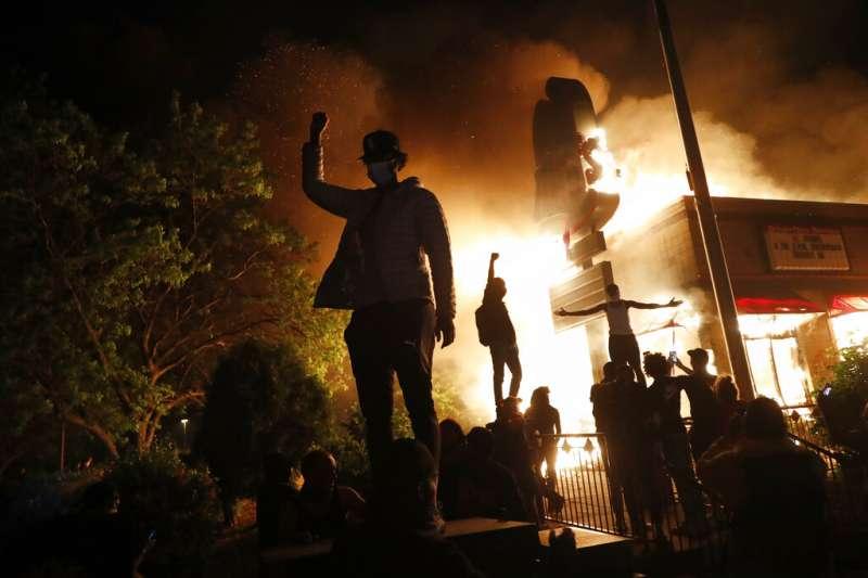 美國佛洛伊德案、暴力示威。5月28日,明尼蘇達州明尼亞波利斯市抗議者火燒當地警察第三分局大樓。(AP)