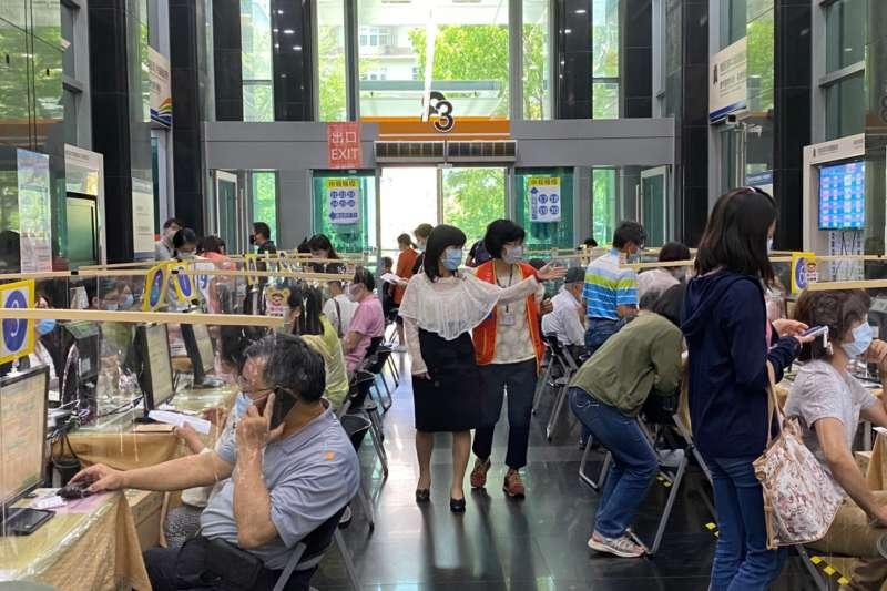 中區國稅局局長宋秀玲呼籲民眾多利用網路完成報稅,可避免群聚感染風險。(圖/中區國稅局)