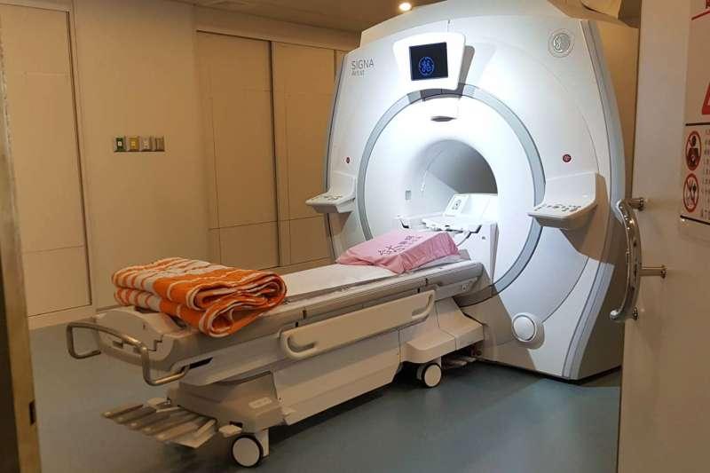 台大新竹生醫分院啟用磁振造影儀(MRI)設備,不需注射顯影劑,就能呈現血管分佈及血流走向。(圖/方詠騰攝)