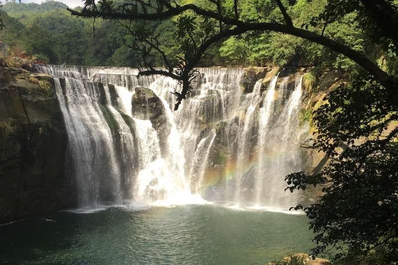 十分瀑布公園配合夏季時間,6月1日起到9月30日調整開放時間為9點開始開放入園。(圖/觀旅局提供)