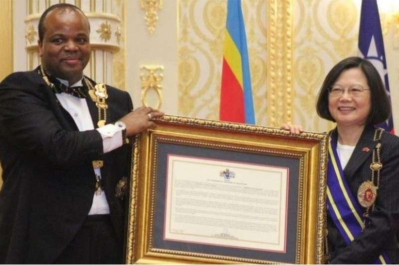 恩史瓦帝三世國王向蔡英文頒贈榮譽勳章。(BBC中文網/AFP)