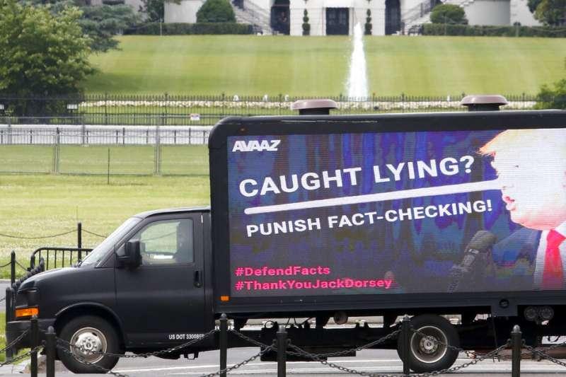 非營利組織Avaaz的廣告貨車在白宮前停放,貨車側面是鼻子變長的川普,英文字則寫著「說謊被抓?那就處罰事實查核!」。(美聯社)