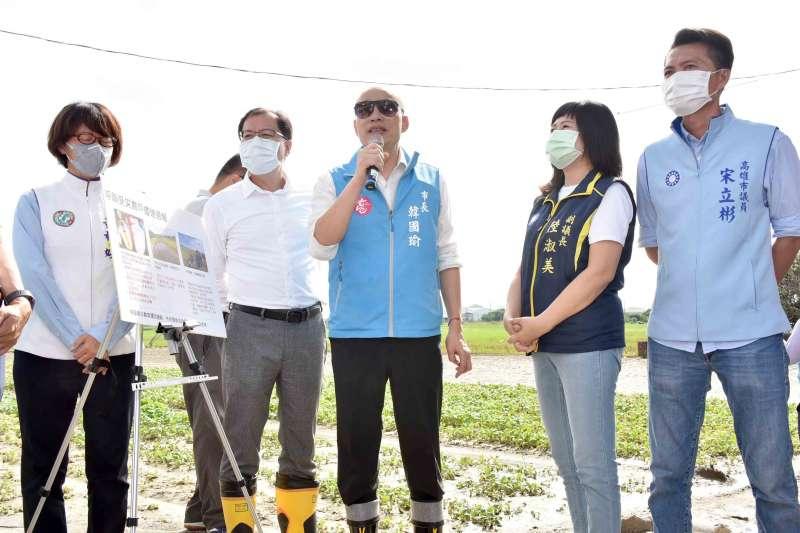 高雄市長韓國瑜(中)前往梓官區視察連日豪雨帶來的農業災損。(高雄市政府提供)