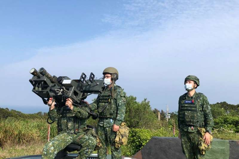 近日陸軍司令部臉書發布馬祖防衛指揮部防空連執行防空戰備訓練畫面,官兵操作雙聯裝刺針飛彈的畫面,罕見曝光。(取自中華民國陸軍臉書)