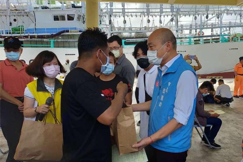 韓國瑜市長特別來到前鎮漁港視察防疫工作,同時慰勞船員在海上打拼的辛勞並致贈防疫關懷包。(圖/徐炳文攝)