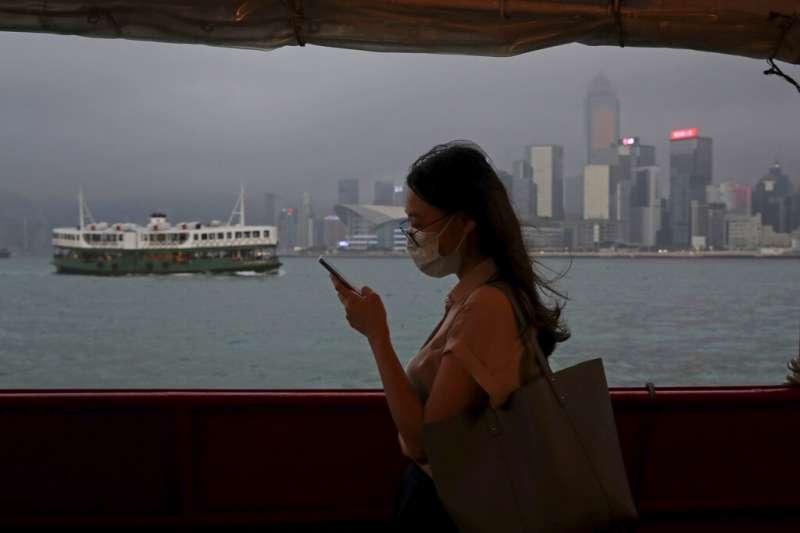 香港民眾戴口罩經過港口。(AP)