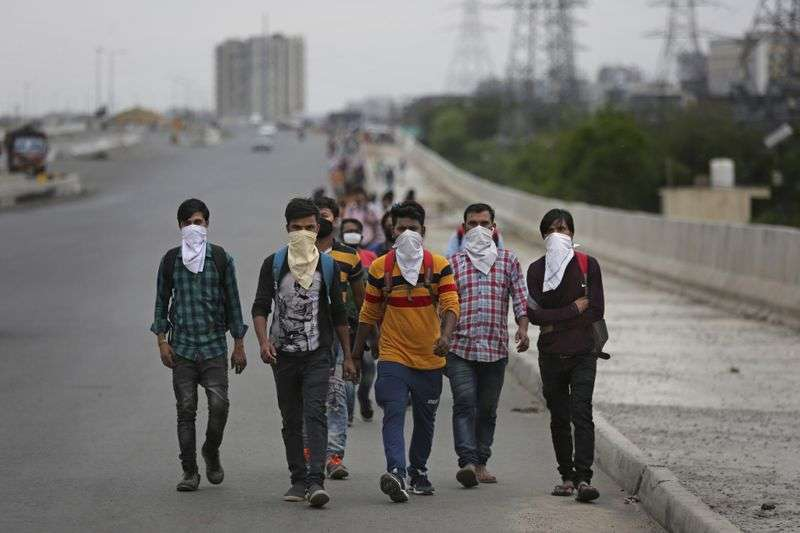 新冠肺炎危機中,印度展開全境封鎖,許多勞工只能靠雙腳長途跋涉返鄉。(AP)
