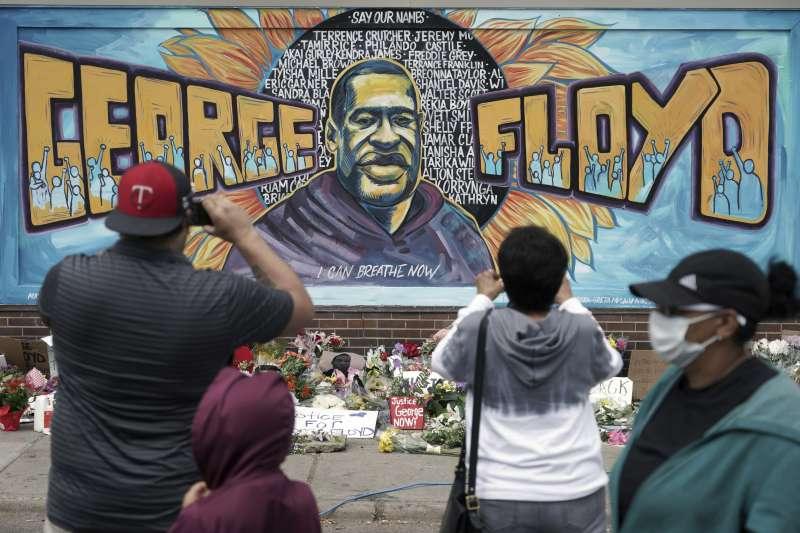 美國明尼蘇達州黑人男子佛洛伊德慘遭白人警察暴力執法壓頸致死,再度掀開美國社會種族歧視瘡疤,在全美引爆示威潮。(AP)