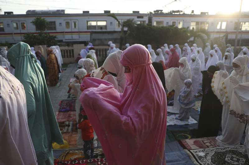 5月24日伊斯蘭教開齋節,印尼女性穆斯林聚集在清真寺外祈禱。(AP)
