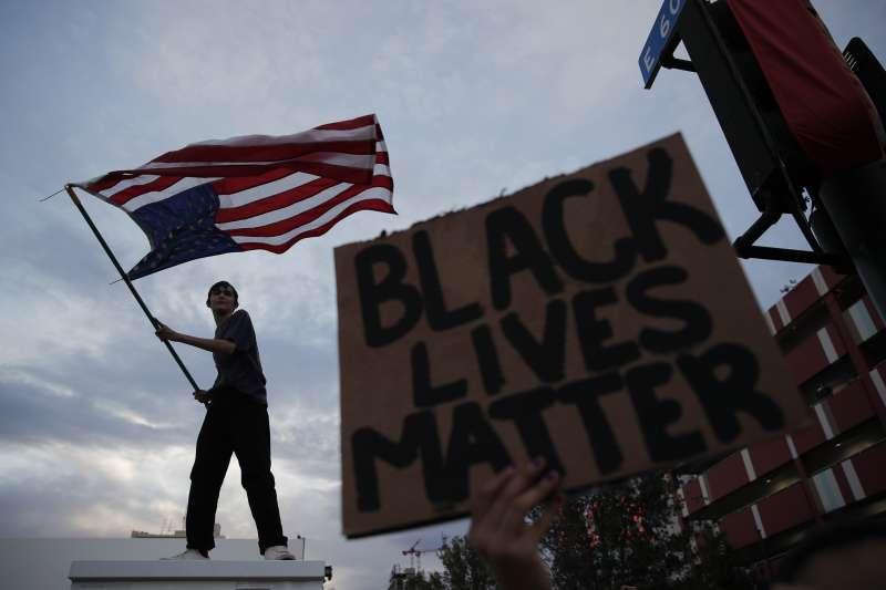 2020年5月,美國明尼亞波利斯(Minneapolis)白人警察針對黑人暴力執法,引發全美抗議種族歧視的大規模示威(AP)