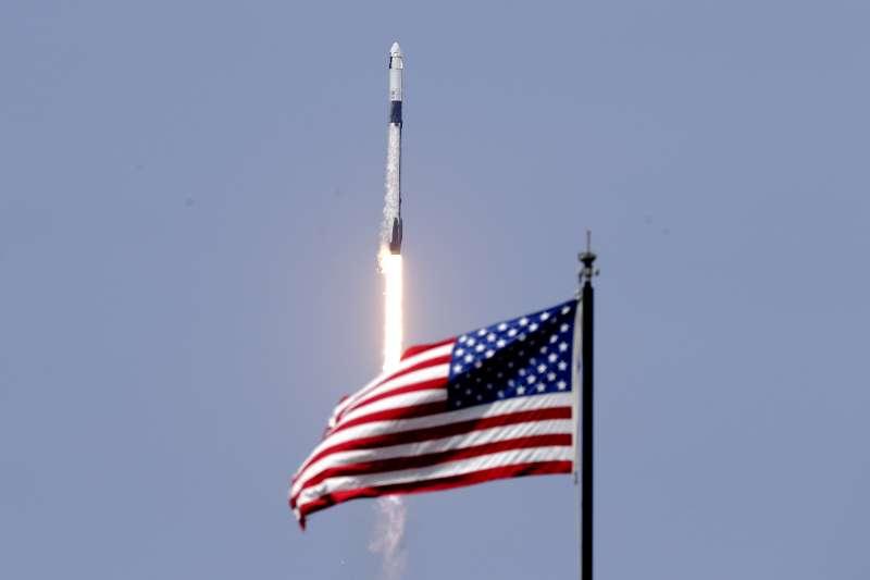 2020年5月30日,2位美國太空人搭乘SpaceX公司太空船「天龍乘員號」(Crew Dragon)前往國際太空站(AP)