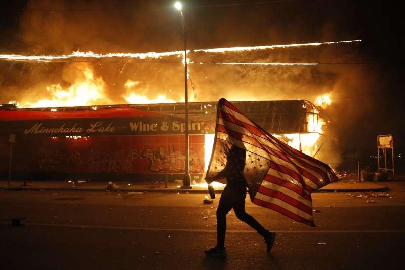 2020年5月,美國明尼亞波利斯(Minneapolis)白人警察針對黑人暴力執法,引發抗議種族歧視的大規模示威(AP)