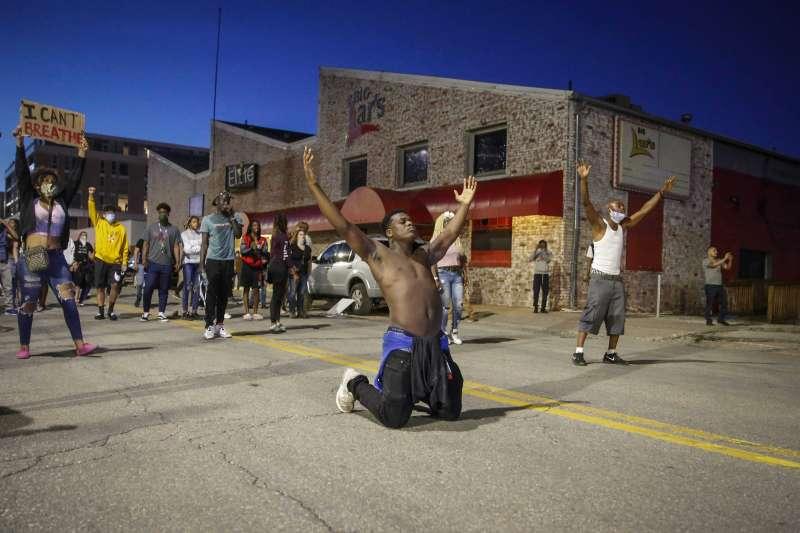 2020年5月,美國明尼亞波利斯(Minneapolis)白人警察針對黑人暴力執法,引發各地抗議種族歧視的大規模示威(AP)