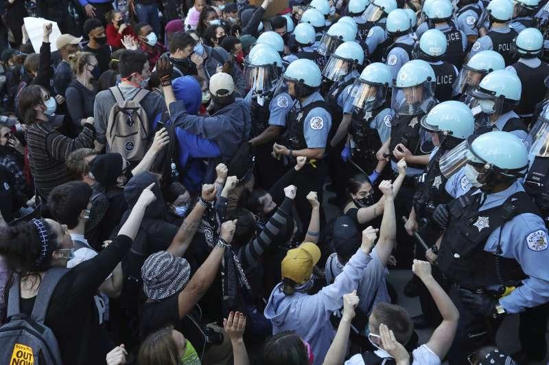 美國白人警察執法過當使黑人致死,芝加哥民眾上街示威,警方也動員維持秩序(AP)