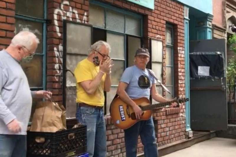 疫情期間在戶外與街友互動。Jim Reagan, Anthony Donovan, 與 Bud Courtney (左-右)