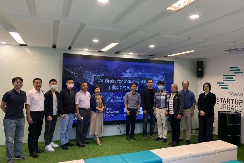 塔台智能執行長陳漢廷以「智慧工廠—加速轉型工業4.0」為題分享,講座27日於林口新創園A6戰情室登場。(圖/新創總會提供)