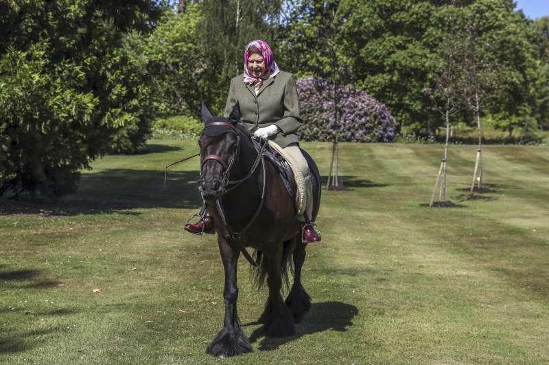 英國王室發布女王伊麗莎白二世在溫莎城堡(Windsor Castle)騎馬的照片,是她在疫情期間首度公開露面(AP)