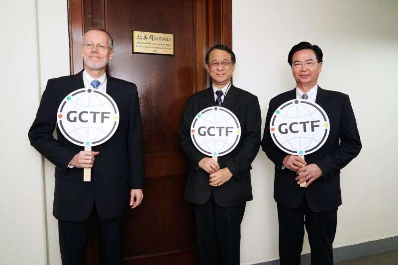 GCTF成立5周年,AIT處長酈英傑、日本台灣交流協會代表泉裕泰、台灣外長吳釗燮在新成立的GCTF小組門前合照(外交部提供)