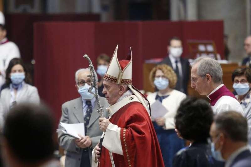 2020年5月31日,教宗方濟各在梵蒂岡聖彼得大教堂舉行彌撒。(美聯社)