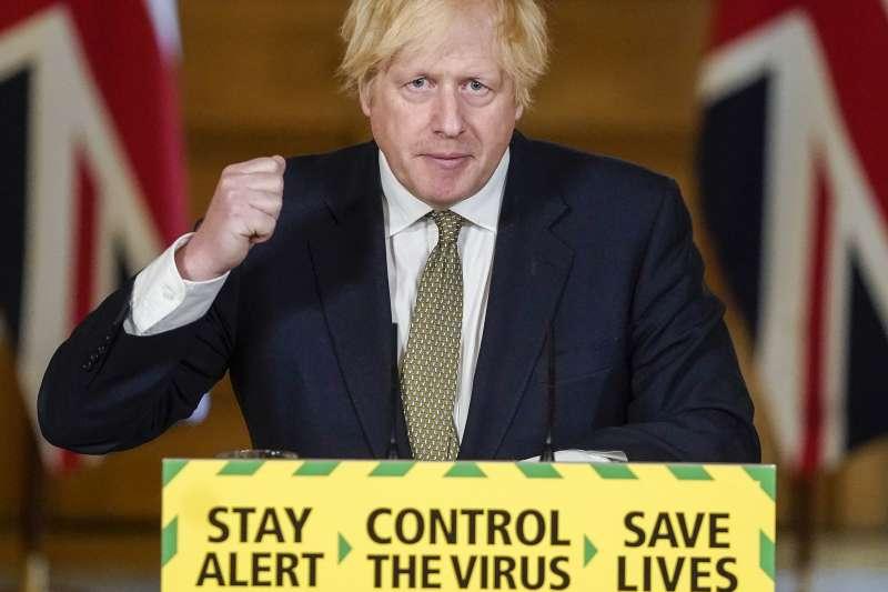 英國首相強森的防疫記者會,標語牌寫著「保持警覺、控制病毒、拯救生命」。(AP)