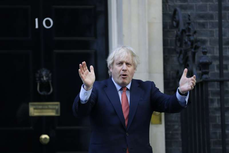 英國首相強森層染上新冠肺炎又痊癒,如今因高級顧問康明斯的違規醜聞面臨重挫。(AP)