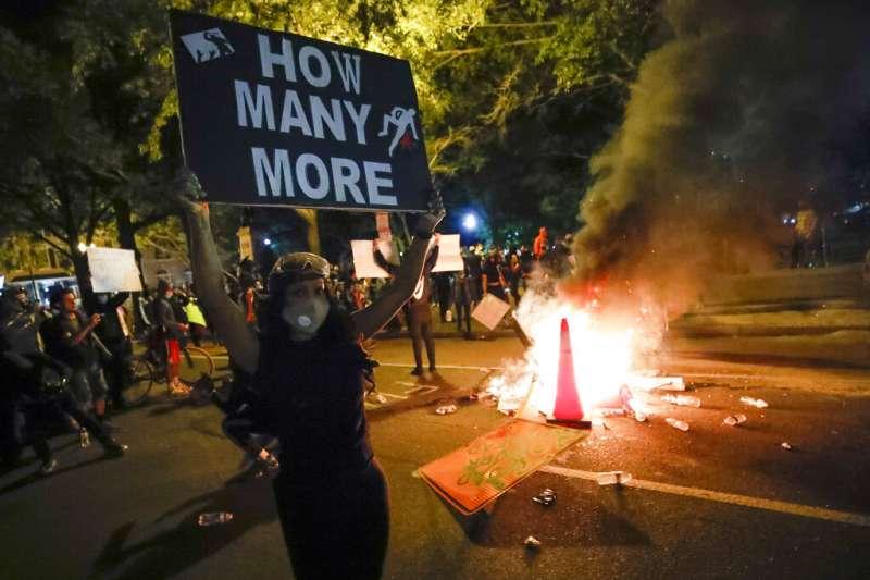 示威者在華盛頓白宮附近的抗議佛洛伊德之死。 (美聯社)