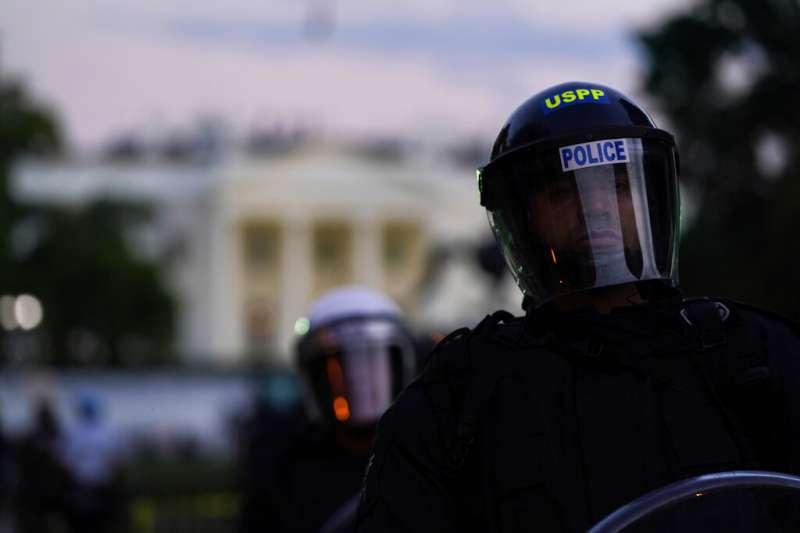 為佛洛伊德之死走上街頭的美國民眾,在白宮附近聚集抗議,警方也嚴陣以待。(美聯社)