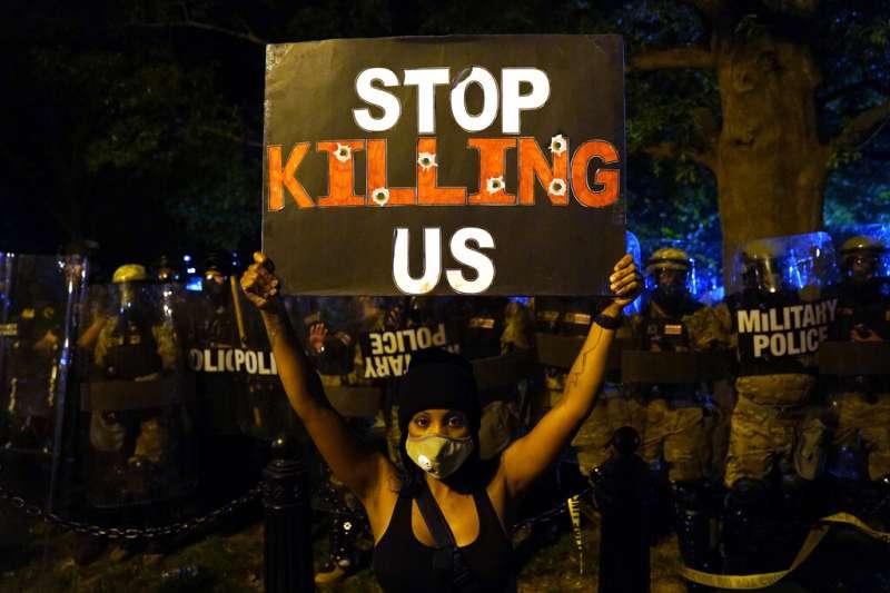 為佛洛伊德之死走上街頭的美國民眾,在白宮附近高舉「別再殺害我們」的抗議智彥。(美聯社)