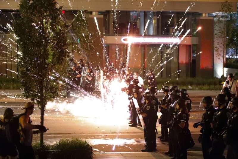 一枚汽油彈在白宮附近防守的警察防線爆炸、。(美聯社)