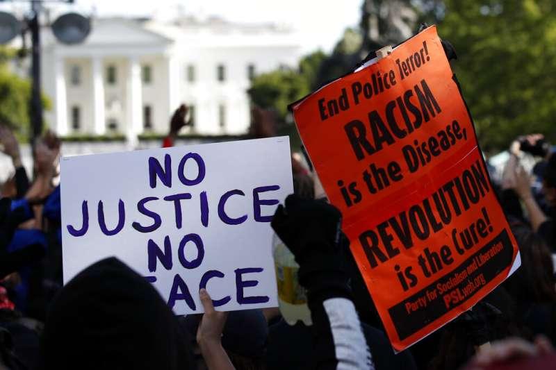 為佛洛伊德之死走上街頭的美國民眾,在白宮前高舉「沒有正義沒有和平」。(美聯社)