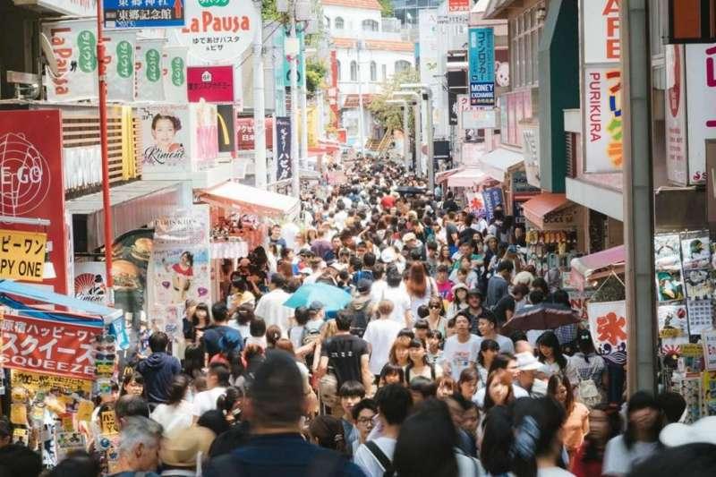 日本東京圈內房租昂貴,通勤電車擁擠到令人絕望,即便如此,大東京依然吸引著日本各地的人源源不斷地湧入這裡。(圖片取自nippon.com)