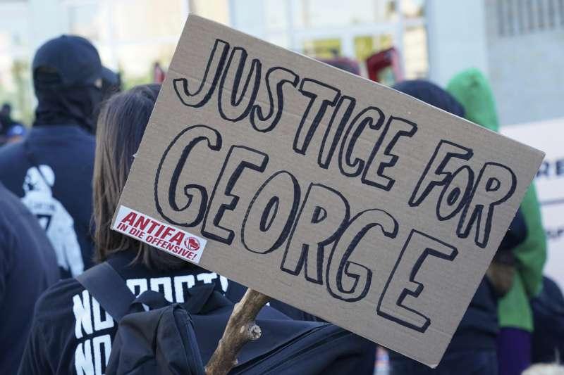 非裔美國人佛洛伊德遭警察壓死引爆全國暴動,總統川普卻將究責矛頭指向「反法西斯分子」。(AP)