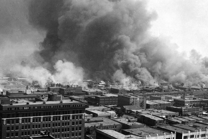 1921年,美國奧克拉荷馬州土爾沙市格林伍德區遭到種族主義屠殺,那是當地著名的非裔富人社區,有「黑人華爾街」之稱。(取自維基百科公有領域)