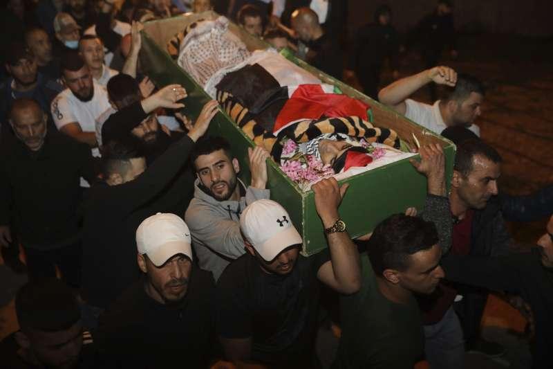 5月31日,巴勒斯坦民眾抬著準備下葬的哈拉克遺體(美聯社)